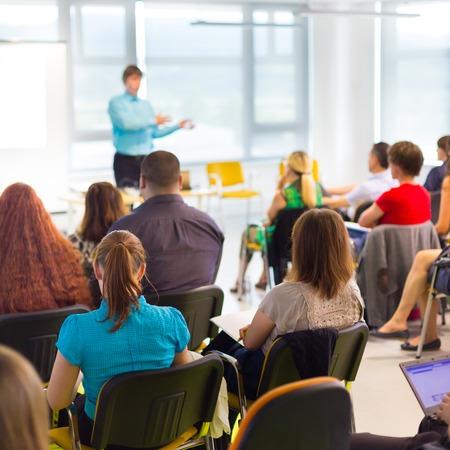 La formation en entreprise accompagne les promotions mais fait défaut aux plus fragiles