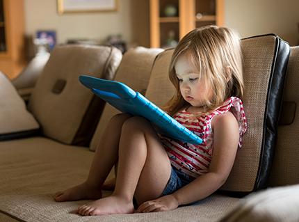 Troubles du langage de l'enfant : une étude scrute l'impact des écrans