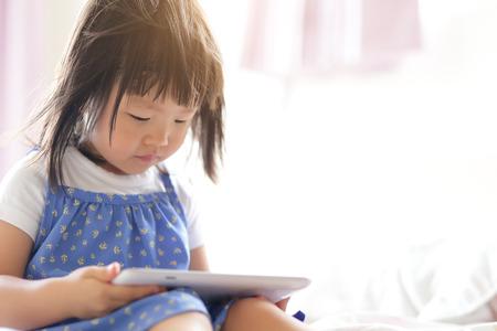 Six sociétés savantes interpellent les candidats aux municipales pour contrôler l'usage des écrans en accueil collectif d'enfants