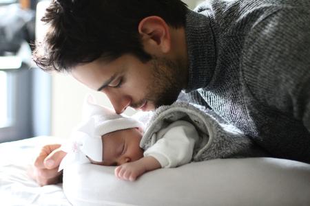 Le congé paternité en cas d'hospitalisation de l'enfant élargi aux fonctionnaires