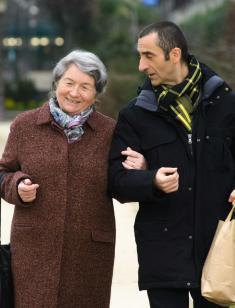 Près de la moitié des personnes âgées de  plus de 60 ans sont aidées au quotidien par un proche