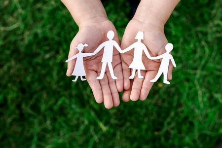 Thérapie familiale de l'adolescent suicidant, perspectives théoriques et cliniques : à partir de 2 thérapies